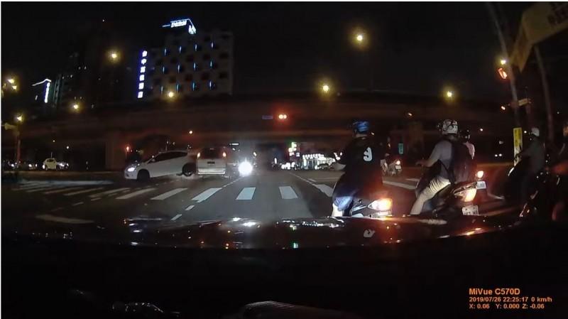 黃男駕駛白色汽車違規左轉,當場被撞得車輪離地。(記者張瑞楨翻攝)