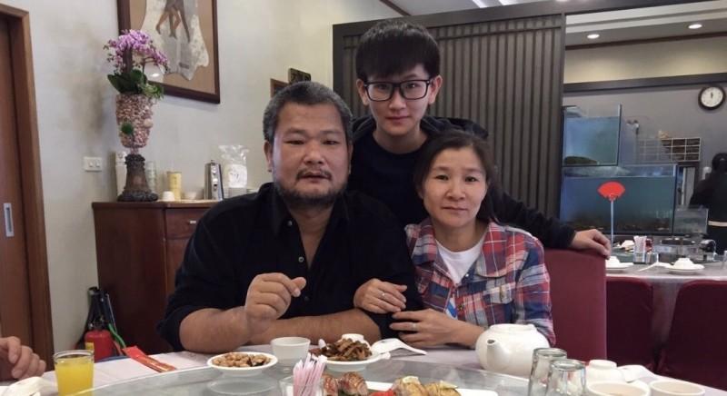 金防部女醫務兵陳妍律(中)捐肝給父親(左),希望父親能恢復健康,一家人重拾往日幸福。(金防部提供)
