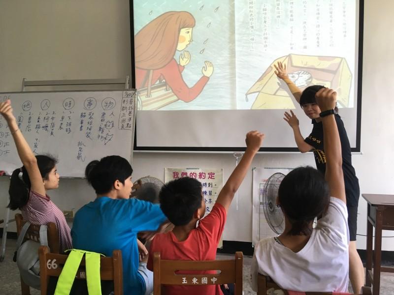 台師大首創偏鄉教育學程,培育38名大學生深入了解當地教育需求,輔導71名花蓮國中生,讓其成績突飛猛進,將來也透過遠距教學,延續愛與關懷。(台師大提供)