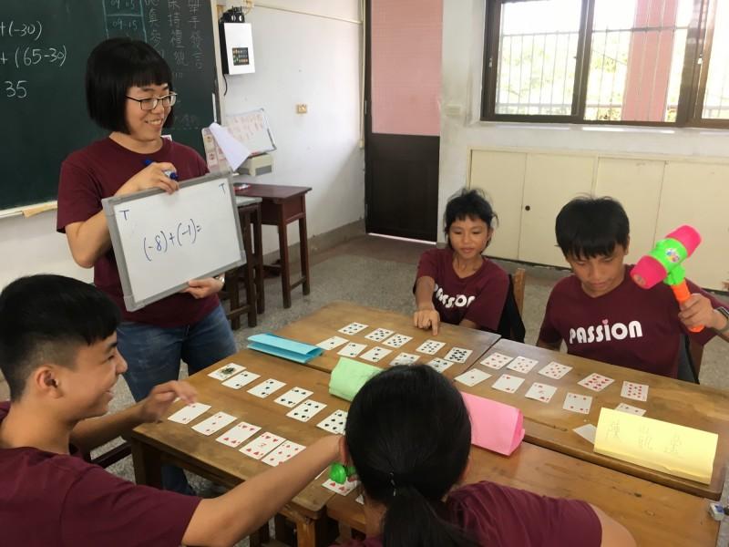 台師大首創偏鄉教育學程,培育38名大學生輔導71名花蓮國中生,如透過小班教學,將數學與遊戲結合,學習更有效率,成績亦進步。(台師大提供)