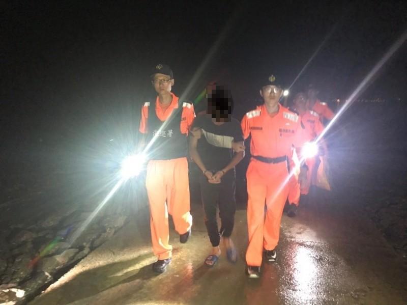 第九岸巡隊在田墩岸際查獲聲稱「追求自由」的中國陸姓偷渡犯(中)。(第九岸巡隊提供)