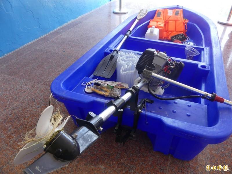 中國陸姓偷渡犯駕駛的塑膠艇裝有幾乎全新的舷外機。(記者吳正庭攝)