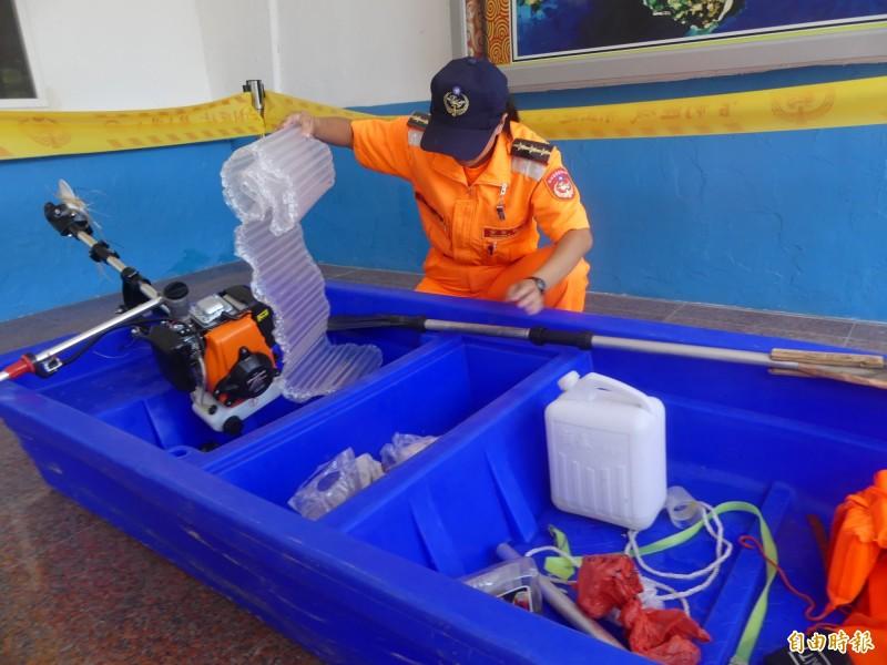 岸巡隊員檢視中國陸姓偷渡犯駕駛的塑膠艇,除了備用油,還有簡單的浮具。(記者吳正庭攝)