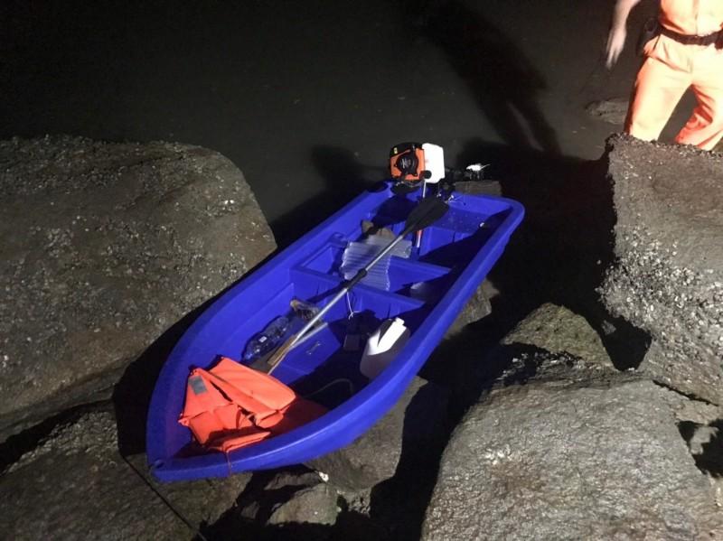 第九岸巡隊在田墩岸際查獲中國陸姓偷渡犯駕駛的塑膠艇。(第九岸巡隊提供)