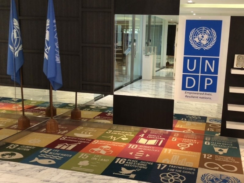 位於聯合國亞太總部內的聯合國開發計劃署,鋪有印著17項聯合國永續發展目標的地毯。(記者劉宜庭攝)