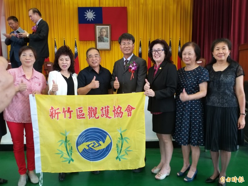 新竹區觀護協會出席觀禮並合影留念。(記者廖雪茹攝)