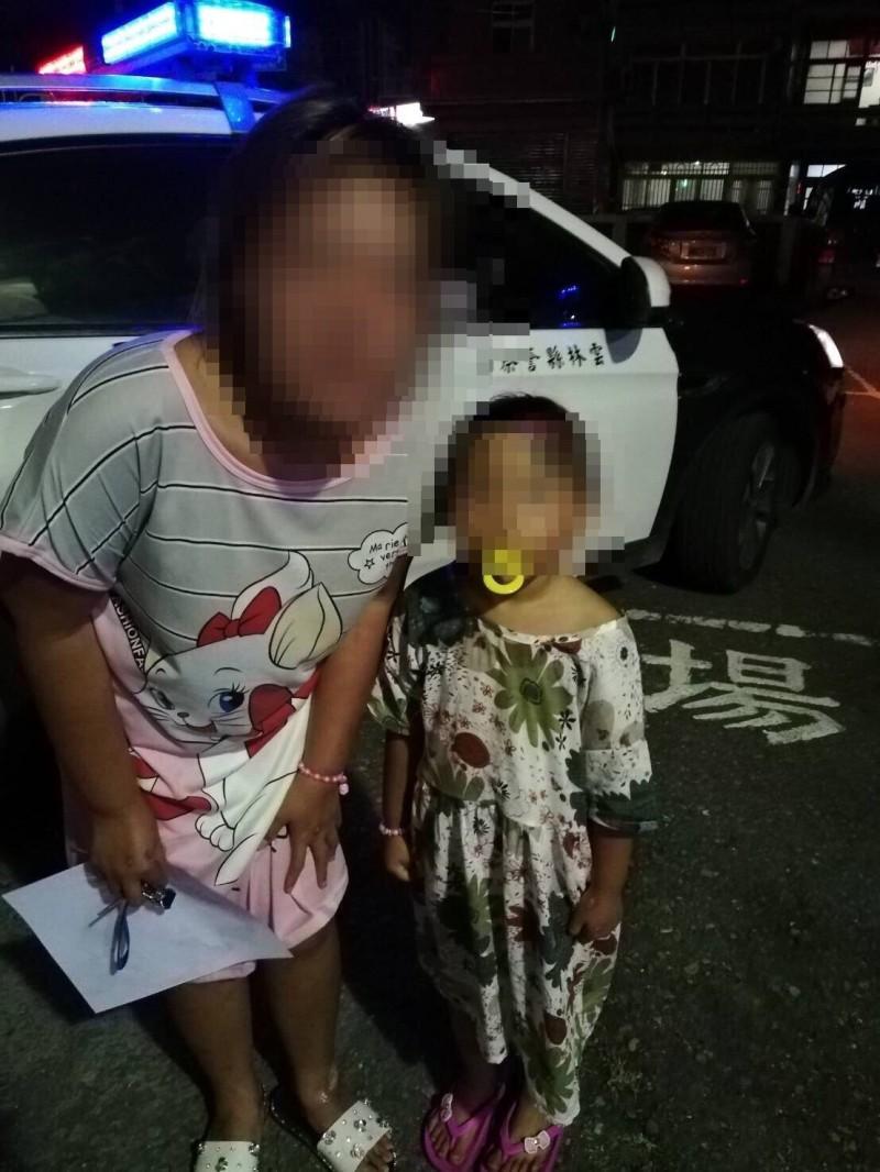 小女孩在廟會中走失賴警方尋回,讓焦急的母親破涕為笑。(記者廖淑玲翻攝)