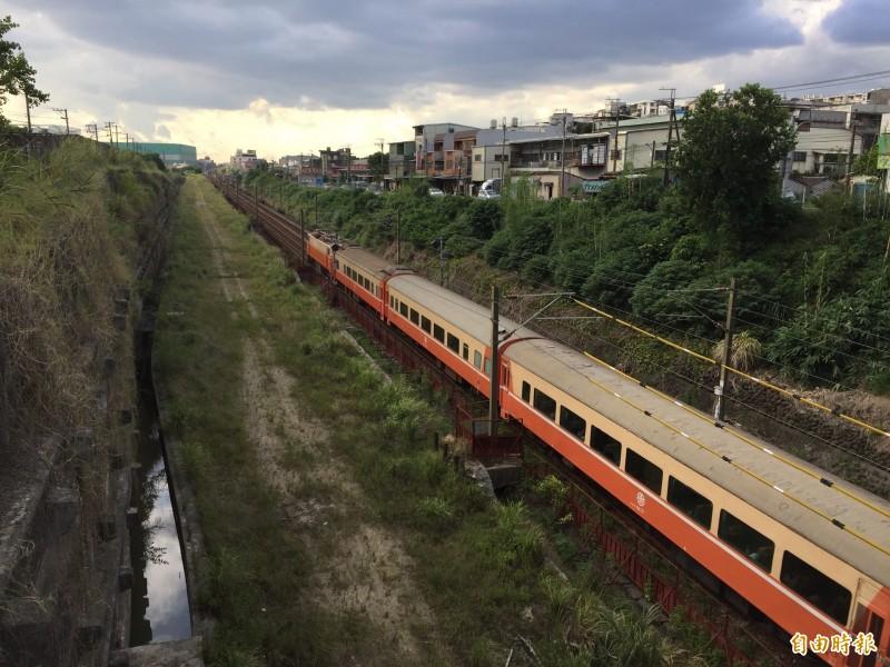 鳳鳴簡易臨時站規劃在原本鐵道一旁搭建,月台為兩座壁式月台,採用無人簡易站設電子票證。(記者邱書昱攝)