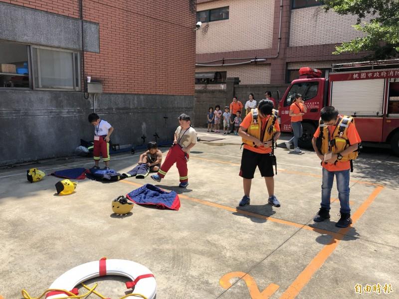小朋友穿上消防衣體驗一日消防員。(記者魏瑾筠攝)