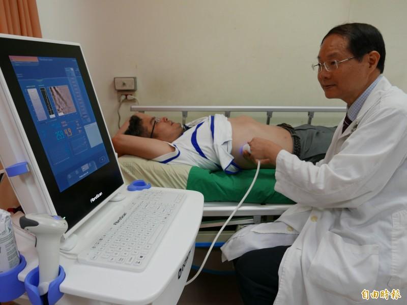 肝纖維化震波檢測儀,利用探頭在皮表發出震波檢測,不用再穿刺切片。(記者蔡淑媛攝)