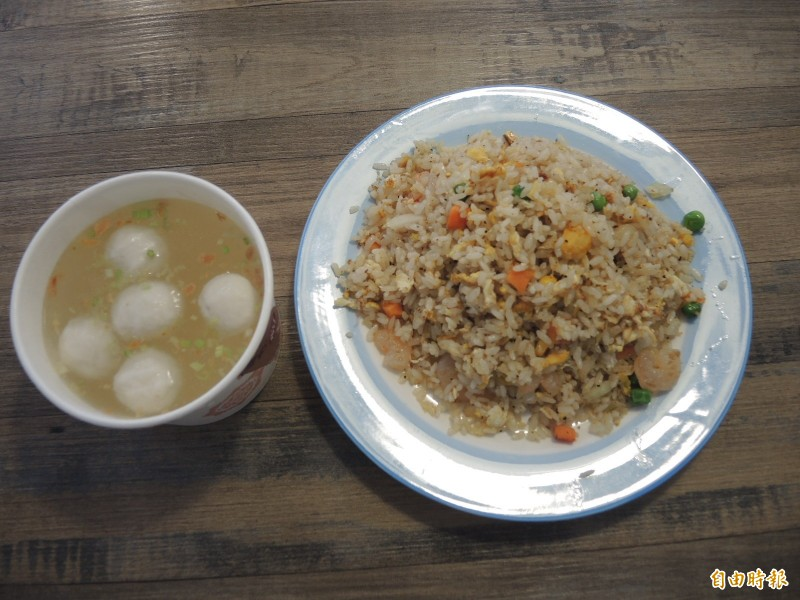一盤炒飯加一碗魚丸湯,就可以讓小老百姓解決一餐。(記者翁聿煌攝)
