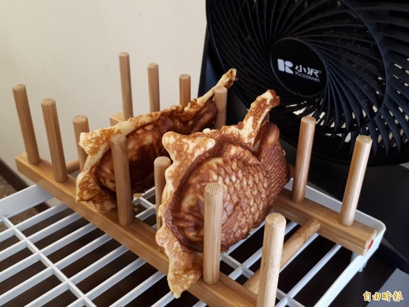 行政院顧問鄭宏輝說,這裡的鯛魚燒,顛覆他的想像,口感及層次豐富,讓他一吃就愛不釋手,也覺得是新竹市很優的巷弄美食。(記者洪美秀攝)