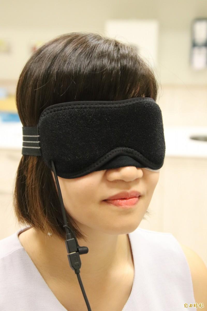 父親節將至,如何挑個品質可靠的熱敷眼罩幫爸爸保護3C眼,是不少子女所關心的。(記者黃美珠攝)