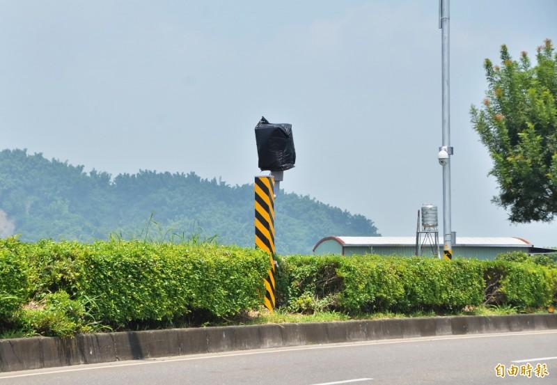 玉豐大橋的測速照相已裝設完成,正進行驗收。(記者吳俊鋒攝)
