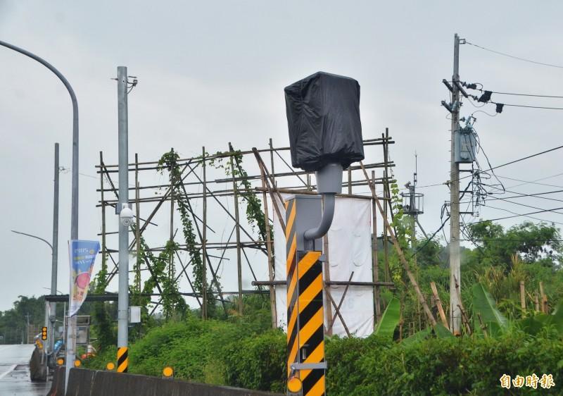 左鎮平和橋前的測速照相桿已裝設完成,驗收後將會啟用。(記者吳俊鋒攝)