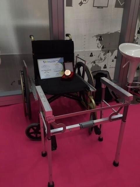 義守大學學生改善輪椅功能,取名「親愛的,我站起來了!」,頻頻獲獎。(記者洪臣宏翻攝)