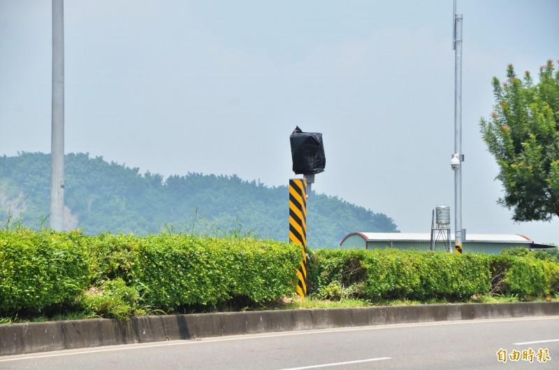 玉井的測速固定桿,新設在台84線40.38公里處,位於玉豐大橋路段。(記者吳俊鋒攝)