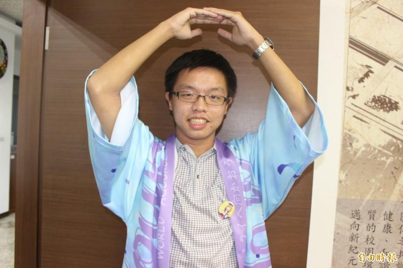 考上台大醫科的林晏禾,是標準動漫迷,身穿動漫服飾法披、戴徽章,比動漫人物手勢,他用好成績平反外界對動漫迷的偏見。(記者張聰秋攝)