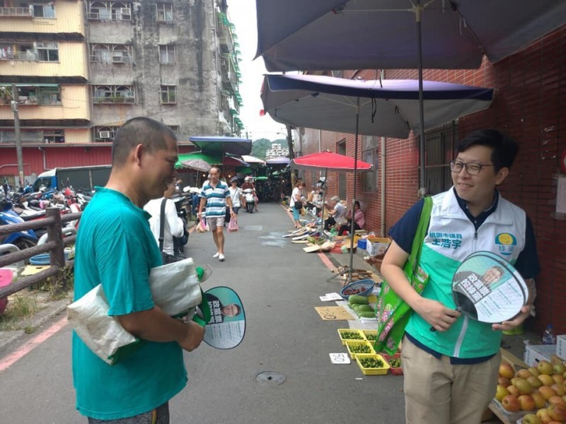 王浩宇(右)到汐止區的市場掃街。(擷圖王浩宇臉書)