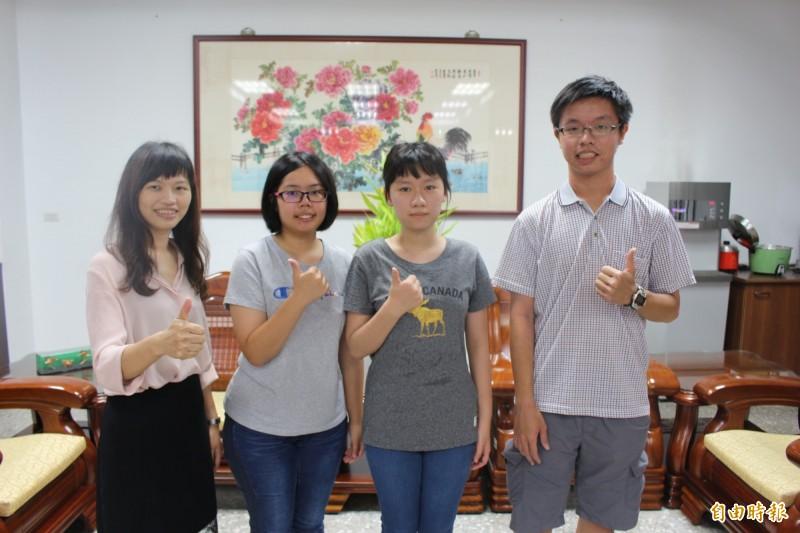 賴彥均(左2)和蔡芷琦(右2)兩人是精誠中學同班同學,一起拚指考,如願考上頂尖國立大學。(記者張聰秋攝)