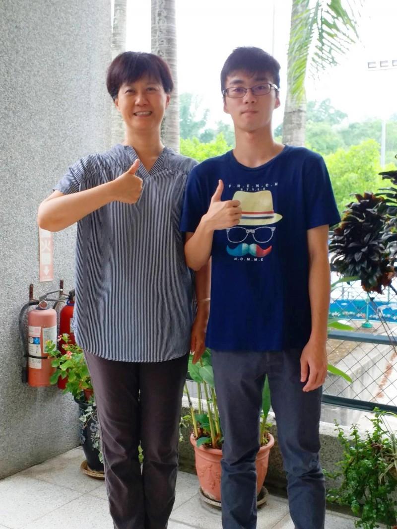 中興高中鄭皓恩(右)指考發取台師大電機工程系,與教務主任任以真合照。(中興高中提供)