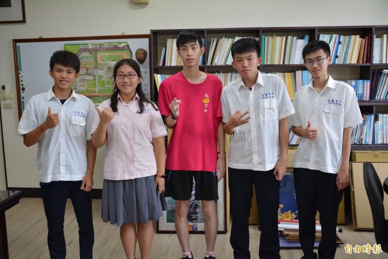 宜蘭高中學生指考表現優異,從左至右分別是沈宏軒、黃詠萱、林育靖、林昱辰、林鴻逸。(記者游明金攝)
