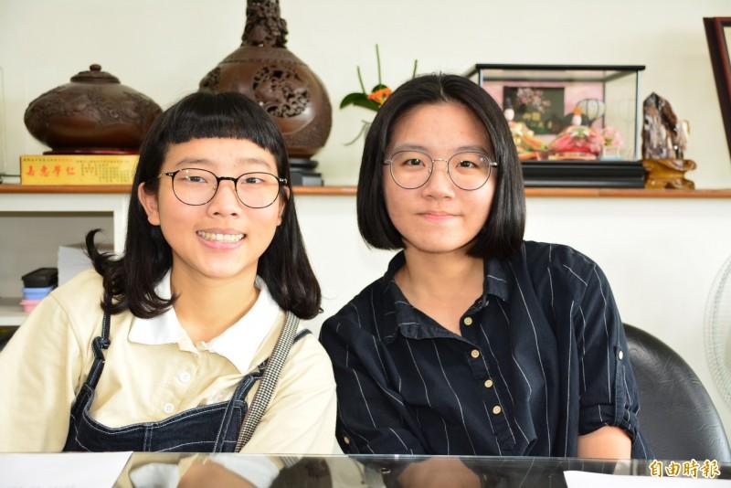 蘭陽女中李思宜(左)和史菡葳指考成績亮眼。(記者游明金攝)