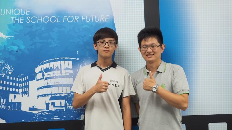 北大高中李承翰(左)錄取台灣大學法律學系財經法學組。(新北市政府教育局提供)