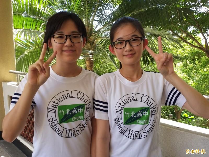同念竹北高中資訊科的姐妹楊若晞(右)和楊柳新(左),分別錄取台科大電子工程系和交大電機工程系。(記者廖雪茹攝)
