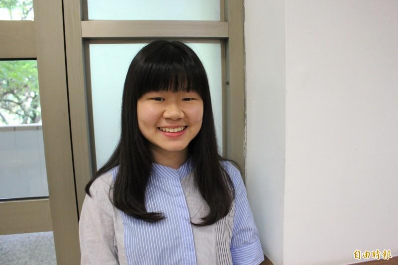 錄取台大牙醫系的潘冠綺,國中矯正牙齒的就醫經驗讓她想當牙醫師,學測失利經由指考逆轉勝,如願圓了想當牙醫師的志願。(記者張聰秋攝)