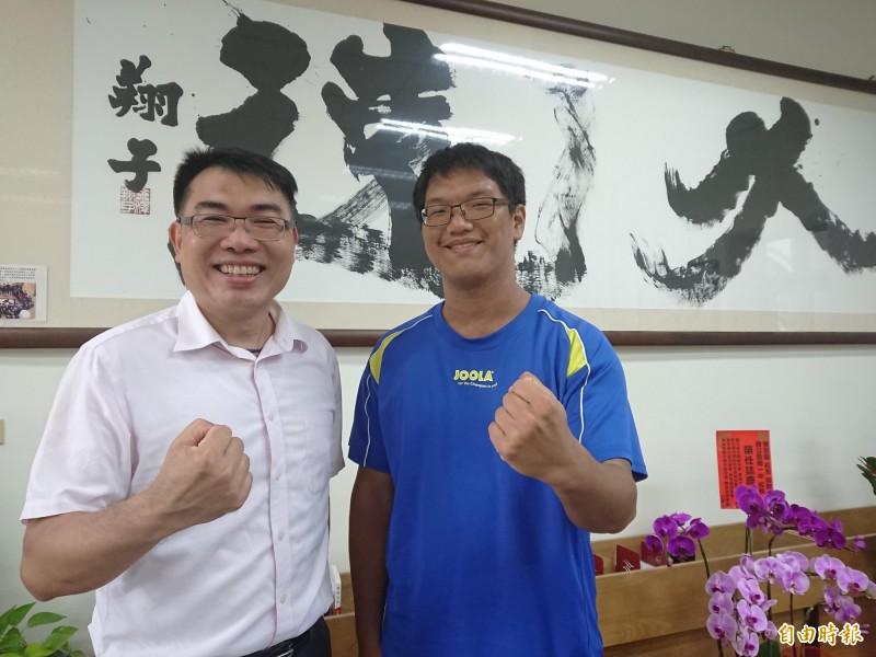 南一中應屆畢業生劉柏漢(右)考上台大醫科,校長廖財固(左)祝福勉勵。(記者洪瑞琴攝)