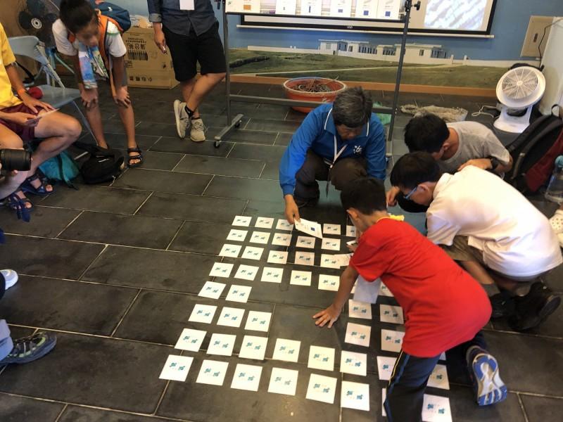 成員於東吉遊客中心玩「漁網最前限」卡牌遊戲。(海管處提供)