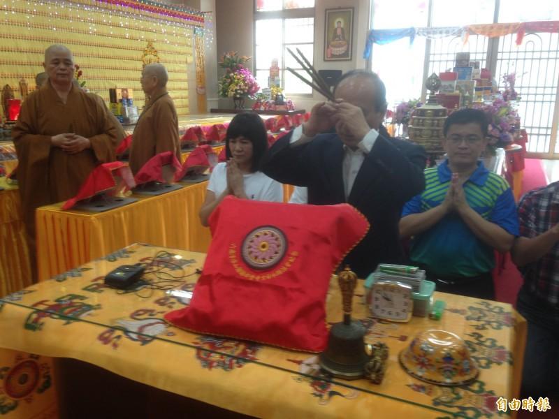 王金平與高雄市副議長陸淑美(左後),為八八風災罹難者祈福。(記者黃旭磊攝)