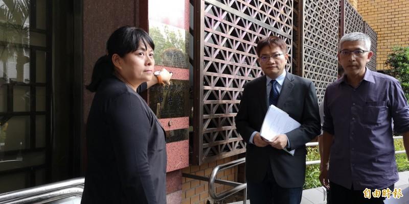 紙風車文教基金會今至台北地檢署告律師葉慶元妨害名譽。(記者黃捷攝)