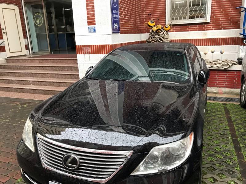 營造公司黃姓老闆開名車卻拒繳98萬元欠稅款被管收。(記者王俊忠翻攝)