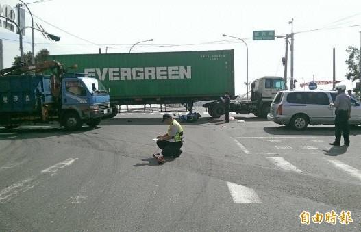 曾女騎乘機車未依規定2段式左轉,遭林男駕駛貨櫃車輾斃,警方到場勘查事故原因(資料照