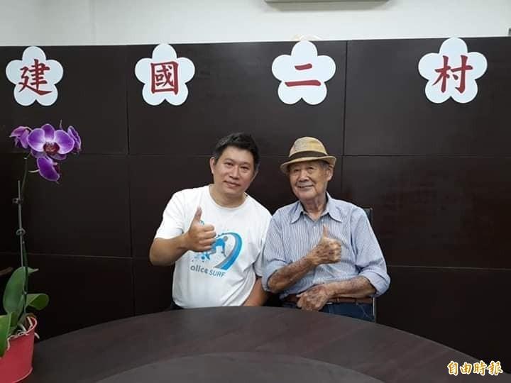 王偉忠的舅舅孫鷗萍(右)日前到「馬家莊眷村私廚料理餐廳」用餐,稱讚老闆馬德凱(左)料理道地又對味。(馬德凱提供)