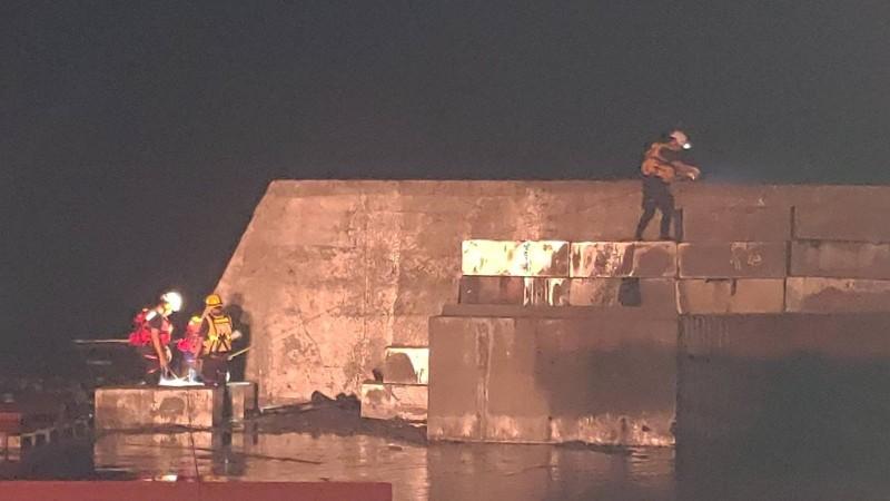 宜蘭縣消防局搜救人員在蘇澳港南堤找尋失聯釣客蹤影。(記者張議晨翻攝)