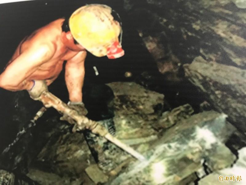 礦工在礦坑裡辛勞工作。(記者林欣漢翻攝)