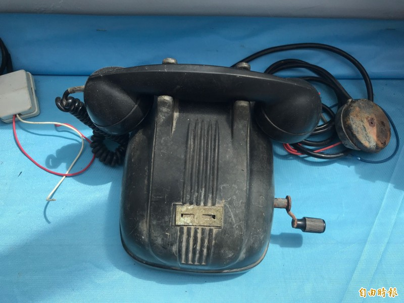 手提電話,是礦工在礦坑裡的對外聯繫方式。(記者林欣漢攝)