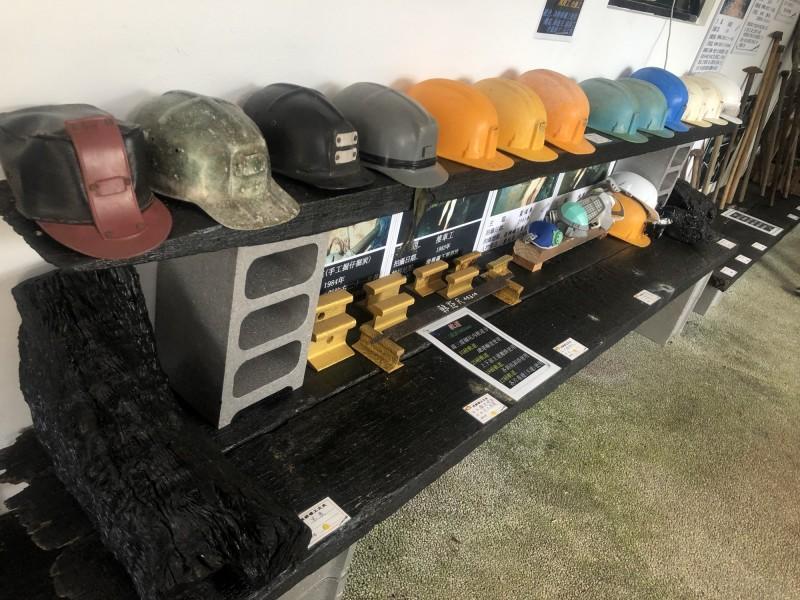 煤鄉礦工文史館從礦工制服探照設備到區分職務的礦工帽,完整展出工具器材。(新北市政府文化局提供)