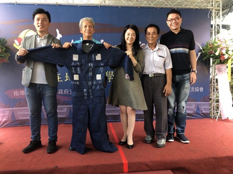 新北市文化局長蔡佳芬獲贈全台僅存不到5件的礦工救護隊工作服。(新北市政府文化局提供)