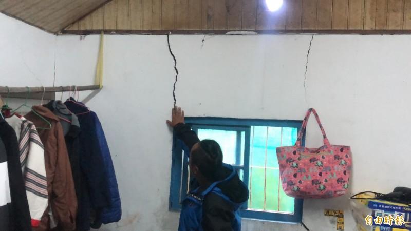 擋土牆崩塌導致2戶民宅牆壁及地面嚴重龜裂,出現多道大型裂縫。(記者佟振國攝)