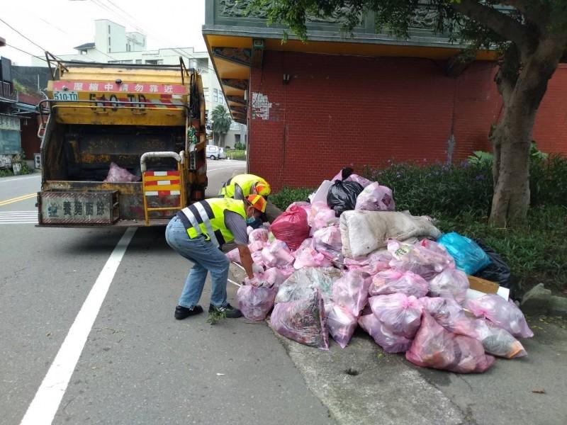 利奇馬颱風過境後,環保局立刻動員清潔隊員清理節街頭,並清出大批樹枝、垃圾。(環保局提供)