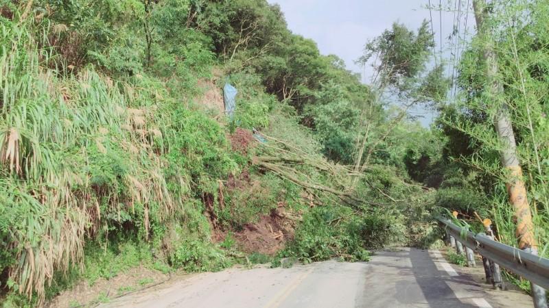 南投縣仁愛鄉台14甲5.4公里五里坡路段傍晚5點發生大規模坍方,雙向交通中斷。(圖由民眾提供)