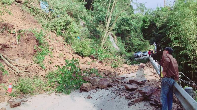 大量土石、樹枝阻斷雙向交通,往返清境、合歡山、霧社暫時無法通行。(圖由民眾提供)