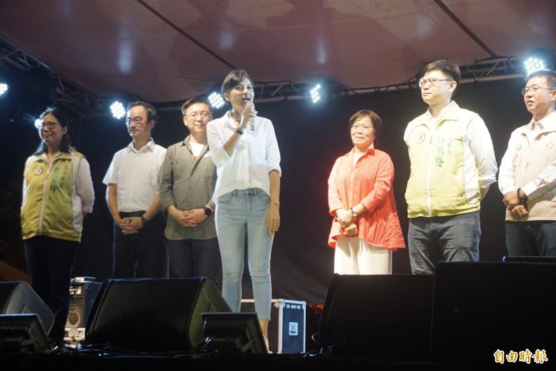 高雄在地7位民進黨籍立委到晚會支持陳柏惟。(記者黃佳琳攝)