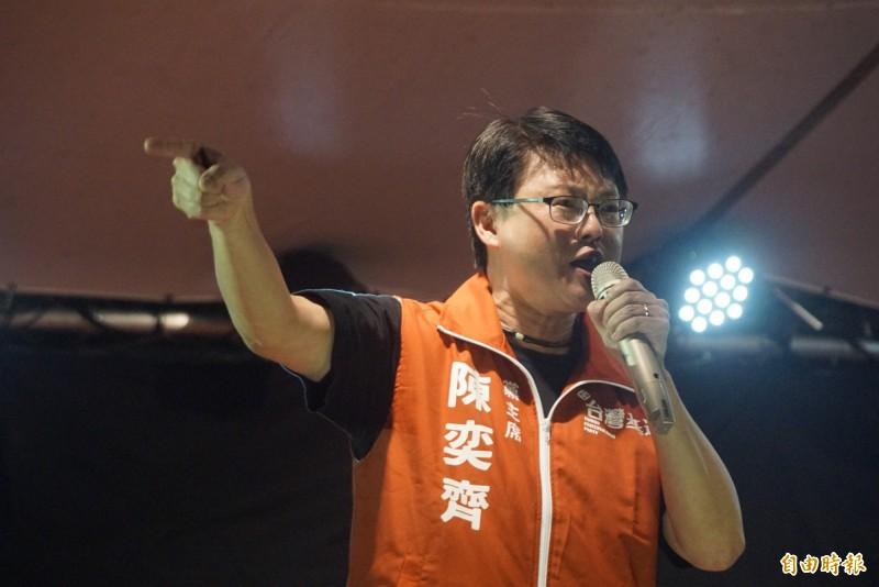 台灣基進黨主席陳奕齊致詞激動落淚,向高雄市民道歉去年沒擋下韓國瑜。(記者黃佳琳攝)