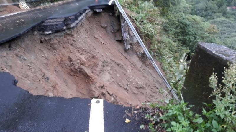 苗21線11.7公里處地基遭掏空,一半道路崩落溪谷,令人看了怵目驚心。(記者鄭名翔翻攝)