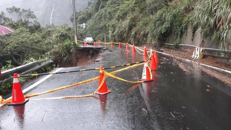 苗21線11.7公里處地基遭掏空,目前已封閉通行,縣府評估約需一週後恢復單線通車。(記者鄭名翔翻攝)